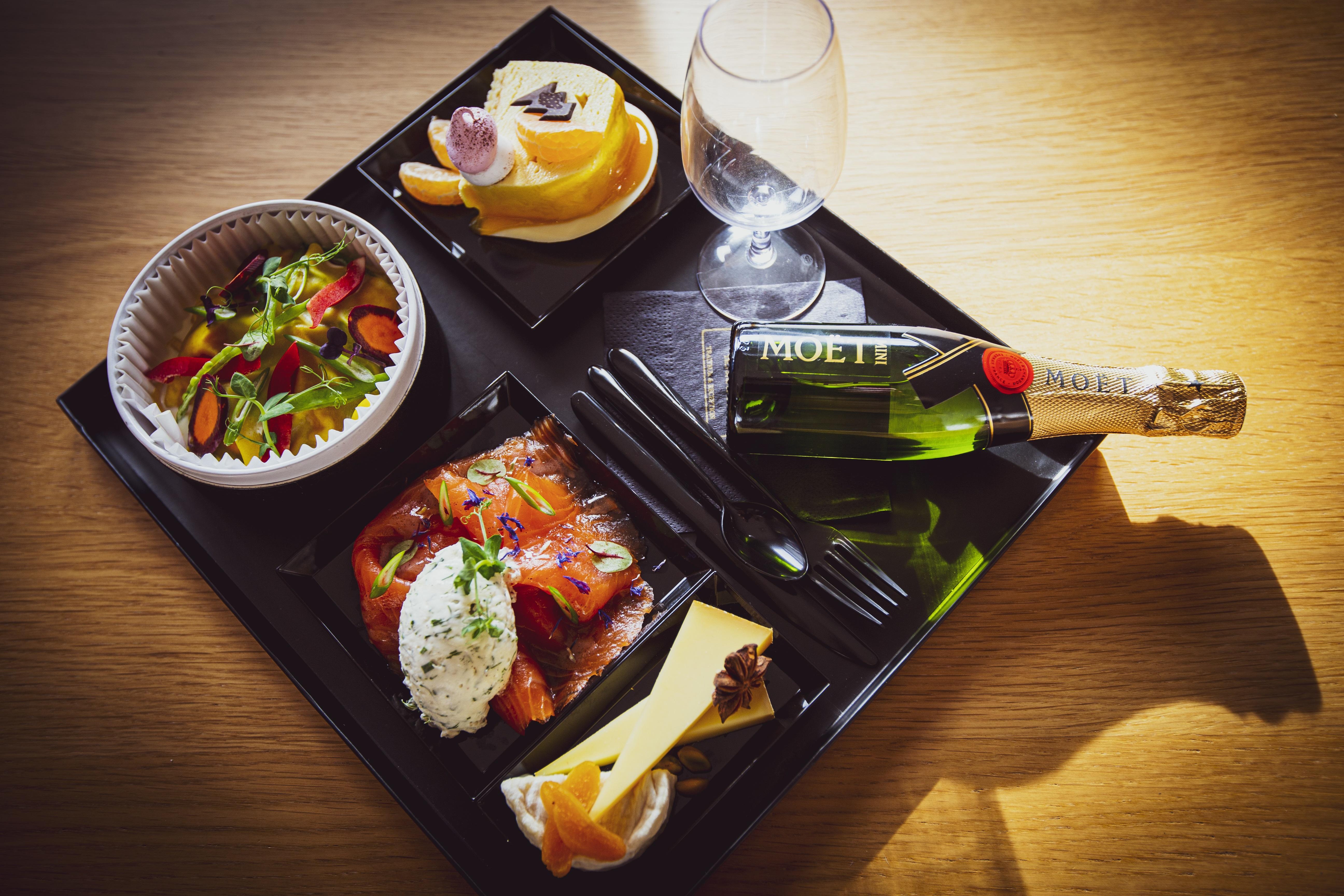 (Saumon en entrée, raviole en plat et buche mandarine en dessert, accompagnée d'un assortiment de fromages et d'une bouteille de champagne non incluse dans le prix)